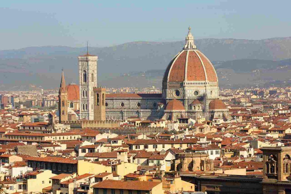 右の茶色い屋根がドゥオモ、左の白い塔がジョットの鐘楼、その手前の茶色い建物がヴェッキオ宮殿